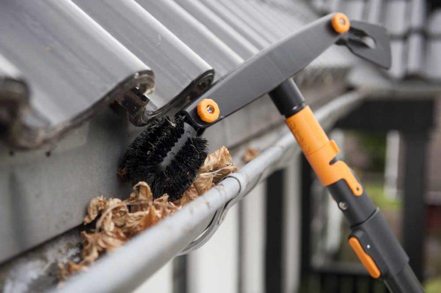 Smarte Fiskars Quikfit takrennerenser gjør det lettere å rense alle typer takrenner. Foto: Fiskars