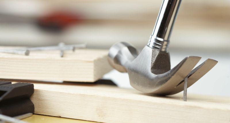 HAMMER: En hammer er noe alle burde ha liggende hjemme, men du bør også ha en god skrutrekker og et bitsett slik at den får langt flere bruksområdet.