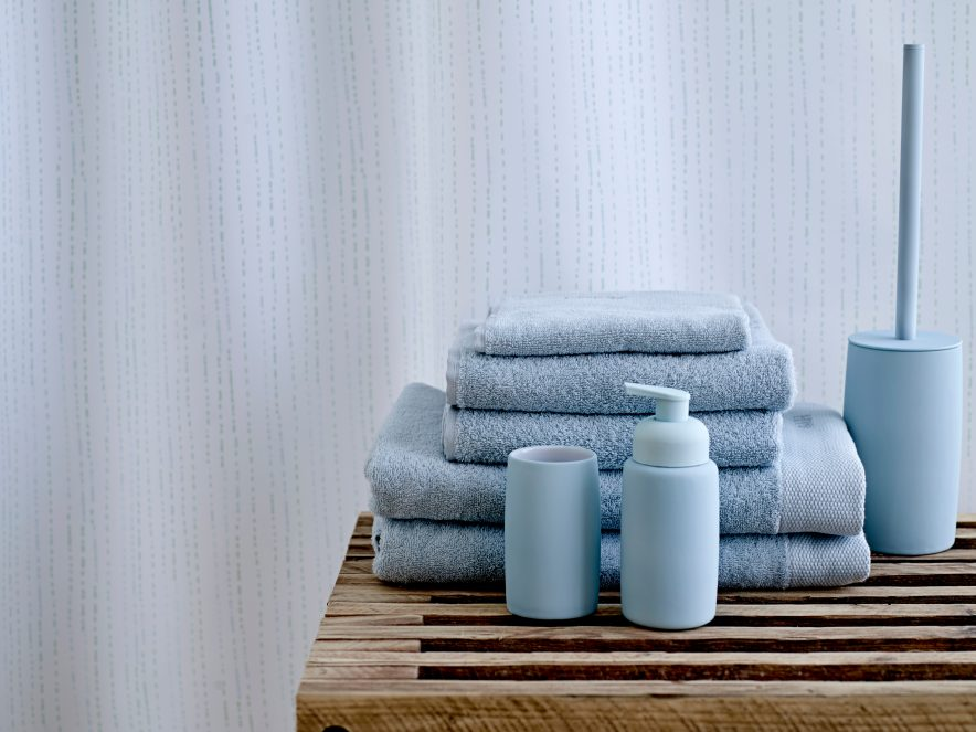 RENGJØRING AV BAD: Baderomssprayene fra Plumbo er desinfiserende, og bad og dusjrensen fjerner i tillegg svartsopp.