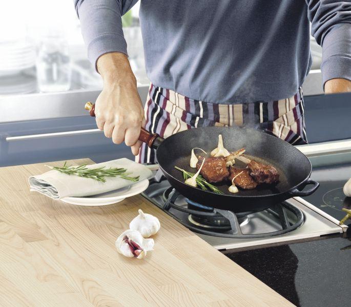 Brasserie støpejernspanne egner seg godt til steking av matvarer som krever høyere temperatur. Støpejernet tåler høy varme og fordeler varmen optimalt.