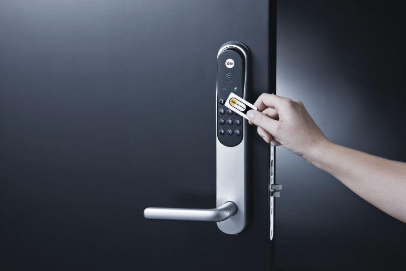 Det følger med 3 nøkkelbrikker til din Yale Doorman. Disse kan brukes istedenfor kode, men for optimal sikkerhet anbefales bruk av nøkkelbrikke i tillegg til personlig brukerkode.