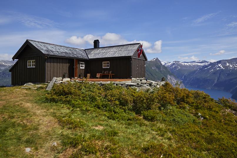 Her ser du hytten med den majestetiske utsikten utover Geirangerfjorden