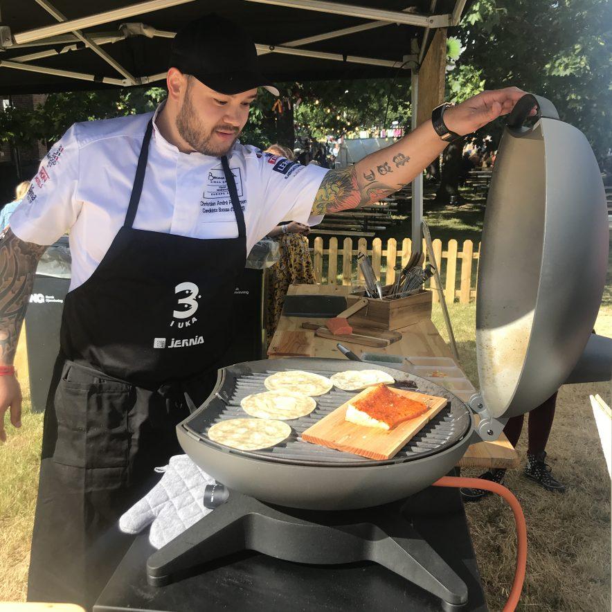 Christian André Pettersen tilbereder laks på planke og tortillalefser
