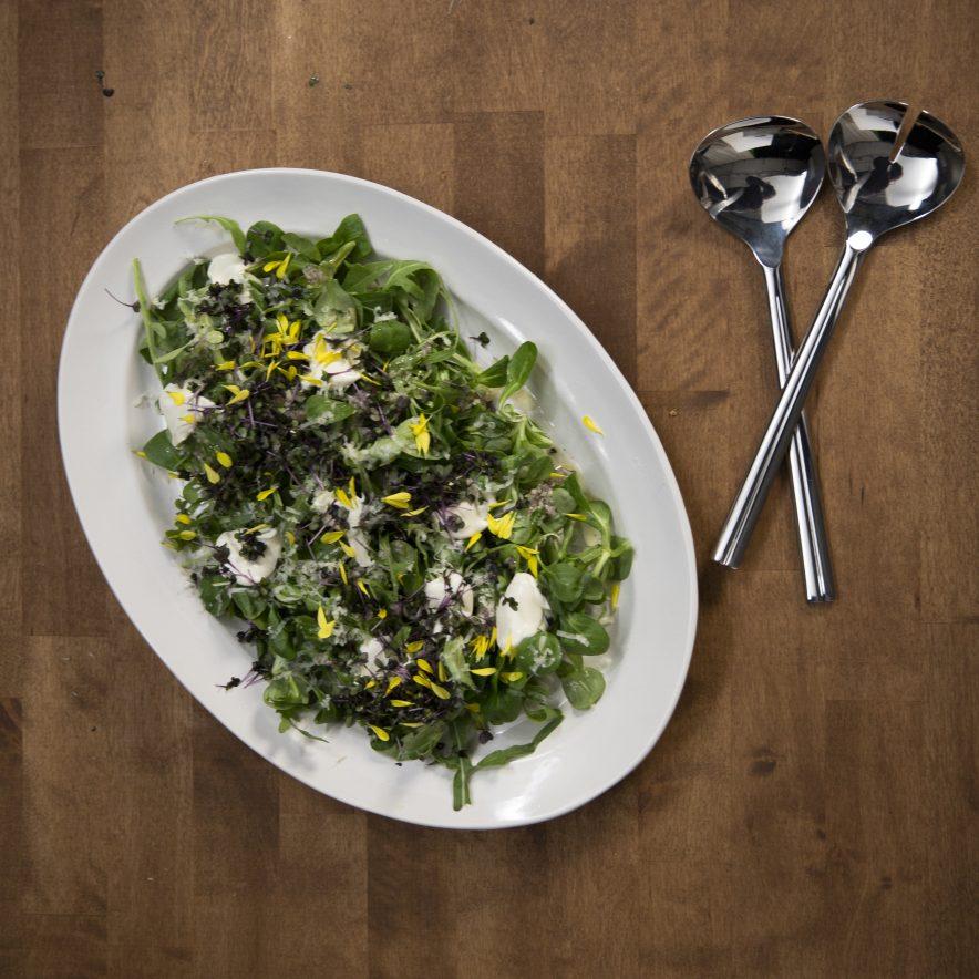 salat på fat med salatbestikk