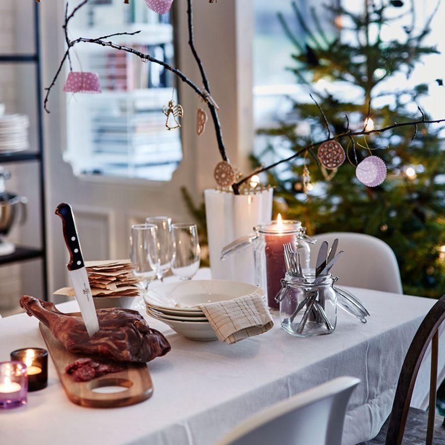BRANNSIKKERHET: Julen er tid for levende lys og hygge, men sørg for at alle lysene er plasser godt unna gjenstander som er lett antennelige, og ha utstyr i orden dersom uhellet skulle være ute.