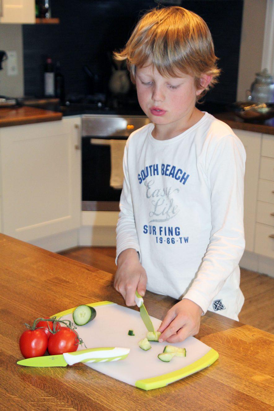 KNIVER FOR BARN: La barna ta del i matlagingen. Det bidrar til å forme forholdet deres til mat, og kan bidra til at de er mer åpne for å smake på nye ting. Her ser du knivsettet som består av 3 deler - to kniver og en fjøl.