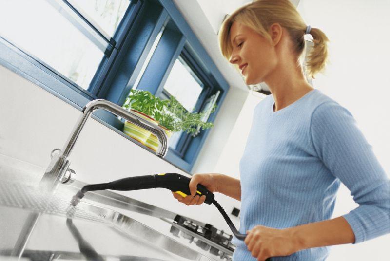 KJØKKENVASK: Damp fjerner enkelt fastsittende smuss og skitt uten at du trenger å skrubbe. Det finnes dampvaskere i ulike størrelser på markedet, med ulikt trykk, effekt, vannbeholdere og med eller uten hjul. FOTO: Kärcher