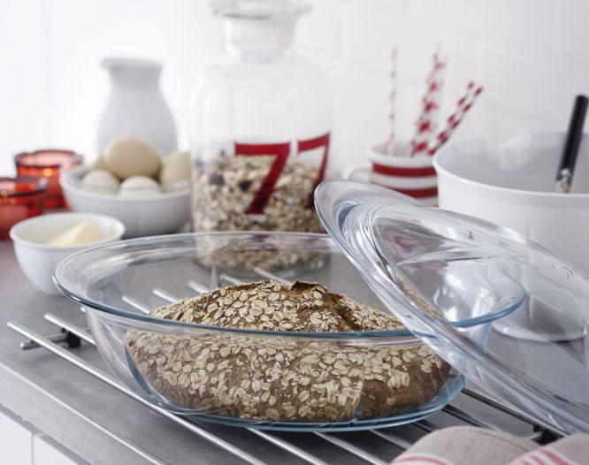 Et rustikt brød i ildfast form med lokk