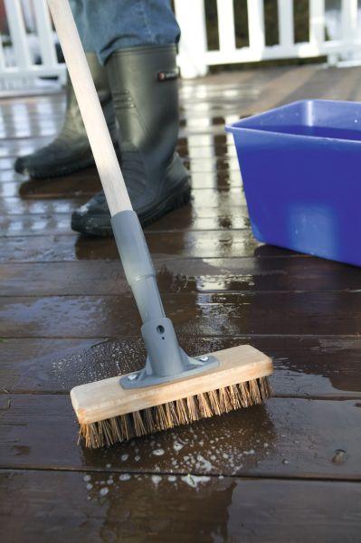 Før du går i gang med beising av terrasse er det viktig å gjøre et grundig forarbeid. Vask, rens og skrubb gir et bedre resultat, som varer lenger.