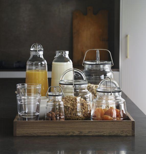 Scala oppbevaringsglass står like fint ved siden av hverandre i skapet, som de gjør sammen på et fat på bordet eller på kjøkkenbenken.