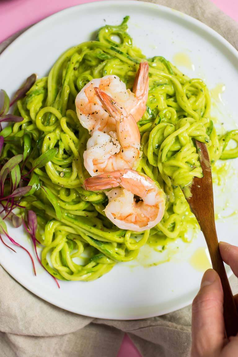 Squash spagetti med avokado-basilkum-pesto