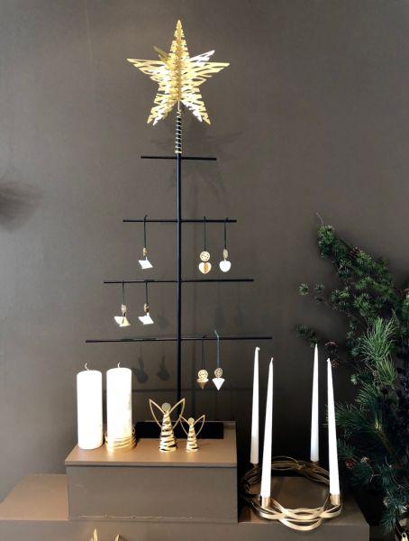 Den stilrene serien med Stelton julepynt, designet av Nordentoft & Sacher Kau, består av tidløse designornamenter i hjerter, engler og kremmerhus.