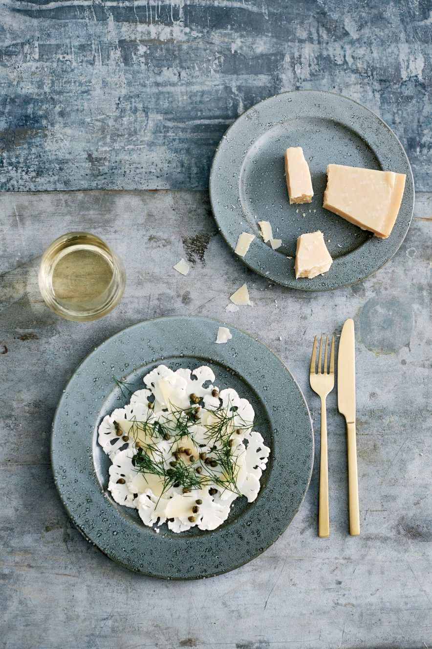 ET SMRTERE SERVISE: Ernæringsfysiolog og forsker, Christian Bitz, har designet et servise med mindre tallerkner slik at det er enklere å kontrollere porsjonene.