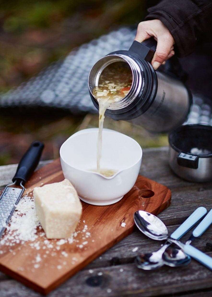 UT PÅ TUR: Termosen fungerer også supert til å holde suppen varm på tur, men husk at termoser med større kork isolerer dårligere.