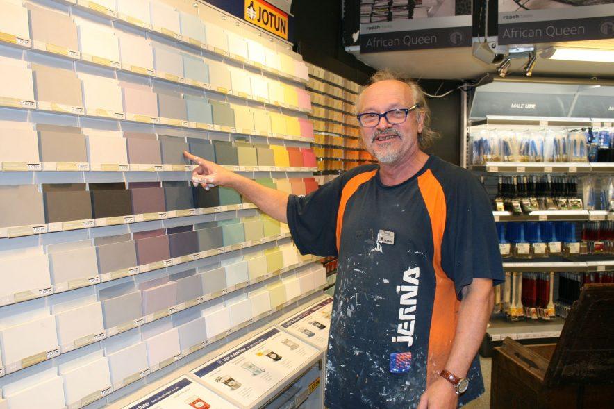 Vår egen fargeekspert Tor Erik Holtmoen hjelper kunder daglig med å velge riktig farge og riktig maling. Foto: Brand Studio