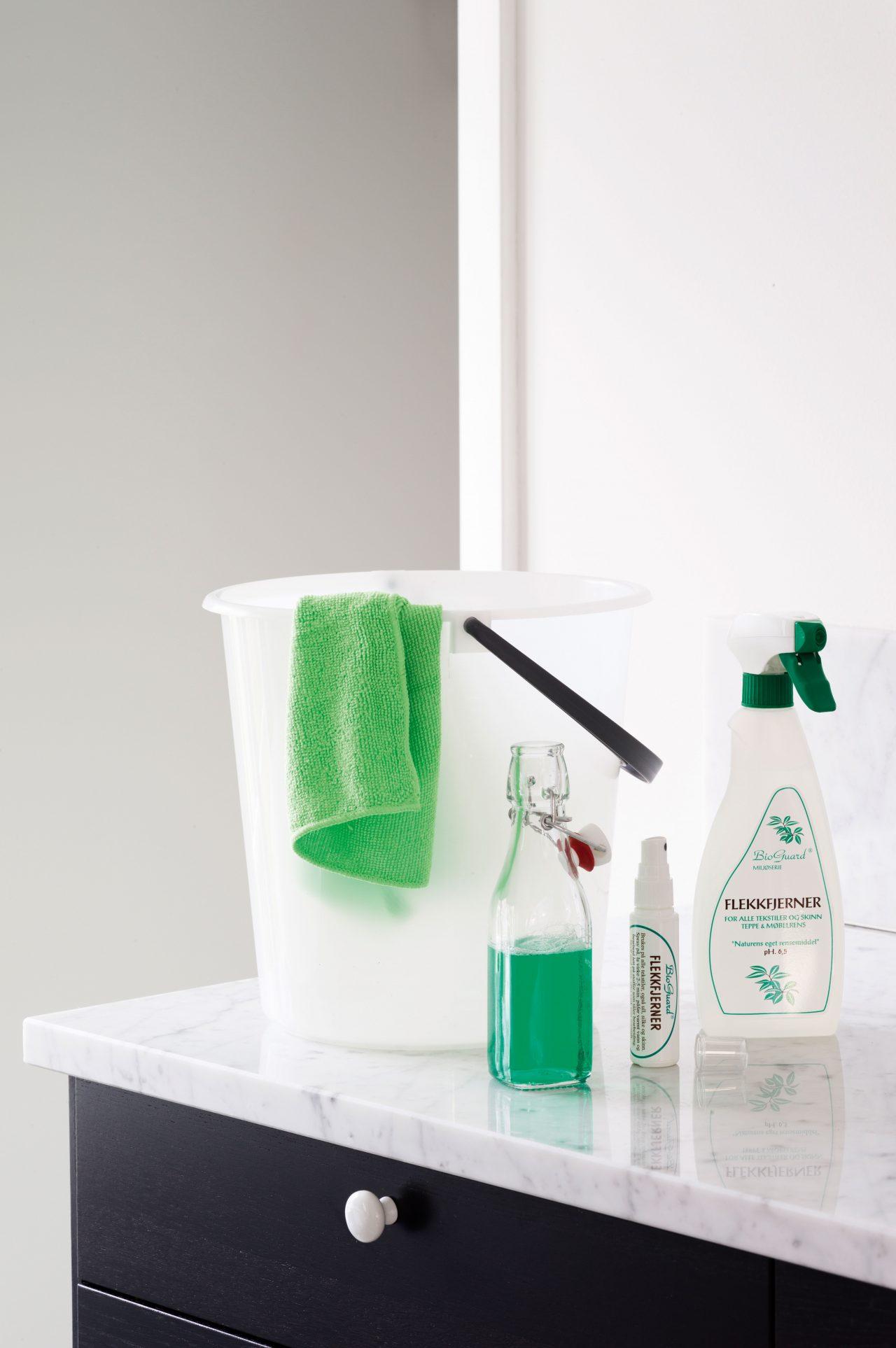 UTSTYR TIL RENGJØRING: Med en god klut og rengjøringsmidler til kjøkken, bad, og treflater på praktiske sprayflasker kan du raskt tørke over de fleste overflater i en fei.