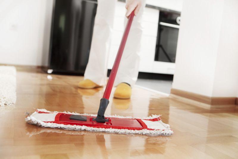 VASKE GULV: Du er ikke ferdig før du har vasket gulvet. Husk at du ikke må bruke for mye vann på tregulv eller parkett.