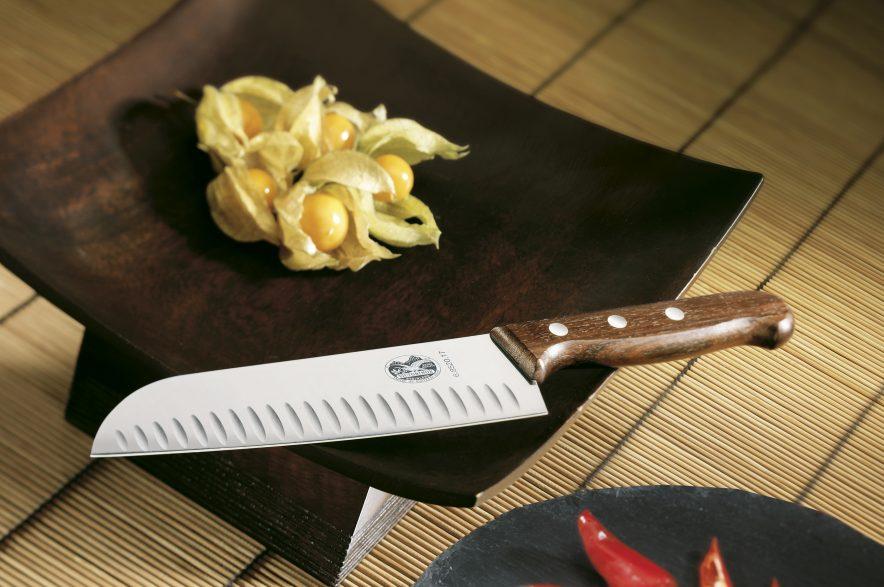 KNIVER: Skaftene til knivene fra Victorinox er laget av rosentre, en tresort som kommer fra India og er verdsatt for sin høye kvalitet langt tilbake i tid.